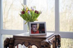 Op de gang op Skøll stonden een foto en bloemen