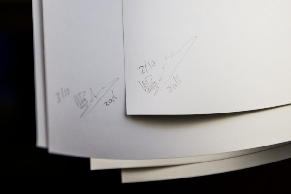Ieder print is genummerd en ondertekend.